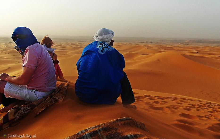 W oczekiwaniu na zachód słońca na pustyni