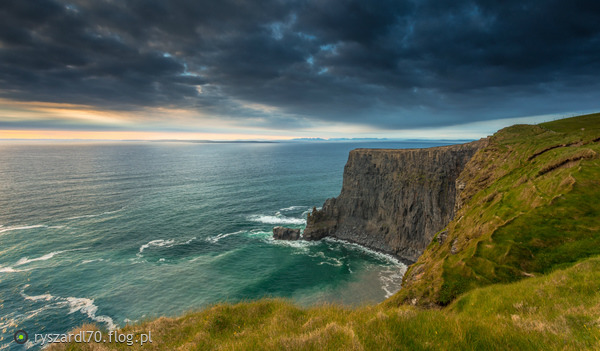 https://s12.flog.pl/media/foto_middle/8724913_cliffs-of-moher.jpg